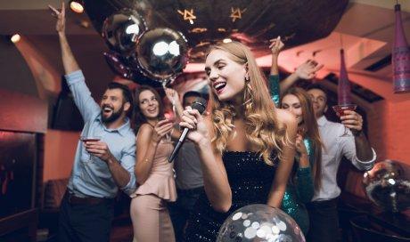 Bar brasserie organisant un karaoké servi avec un buffet